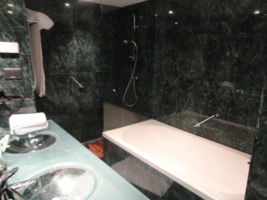 AC Hotel La Rioja: Baño con bañera y ducha separada!!