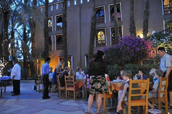 Kasbah La Fibule du Draa : Wachten op het eten