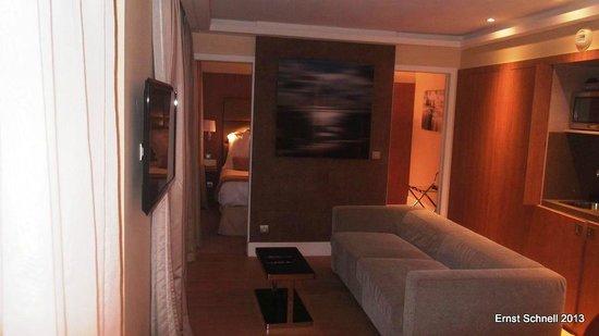 Hôtel L'Edmond, Paris : View through the sitting area towards the bedroom