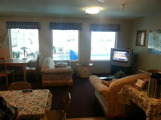 Americas Best Value Inn & Suites: Part of dining area - tv area
