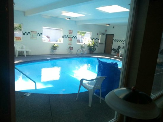 Americas Best Value Inn & Suites: Pool - small but usable