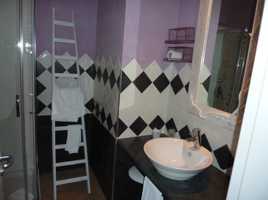 Hotel Borgo Pantano: Salle de bains avec décoration originale