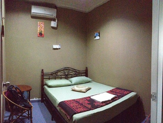Oriental Riverside Residence Guest House: Standard Room, basic but clean