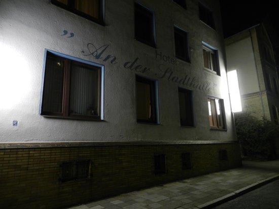 An der Stadthalle: hotel at night