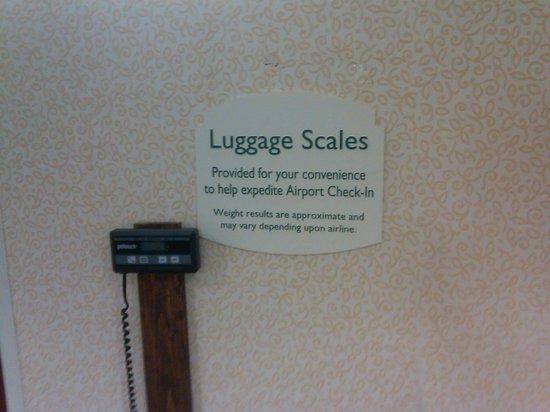 Courtyard Newark-University of Delaware: luggage scale in the hallway