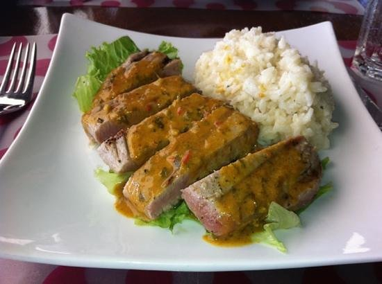 Le Phare Bleu Marina & Resort : seared tuna, curried coconut sauce and sticky jasmine rice