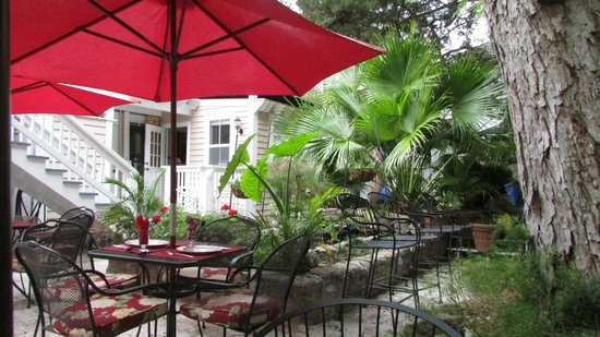 The Kenwood Inn: Courtyard for breakfast the last day