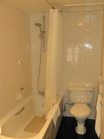 رويال هوتل روس أون واي: Bathroom