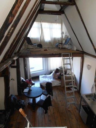 Inn old Amsterdam: De studio met originele scheepsbalken.
