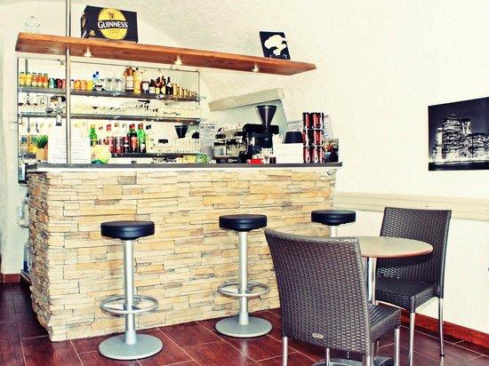 Auberge Saint Martin: Bar hôtel la brigue