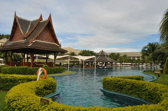 Sofitel Krabi Phokeethra Golf & Spa Resort : the giant pool
