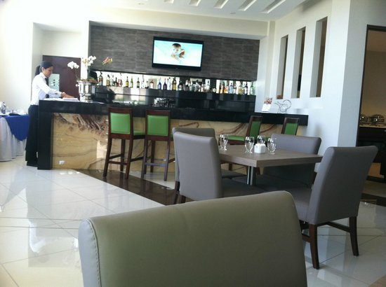 Wyndham Garden San Jose Escazu: Dining area/bar