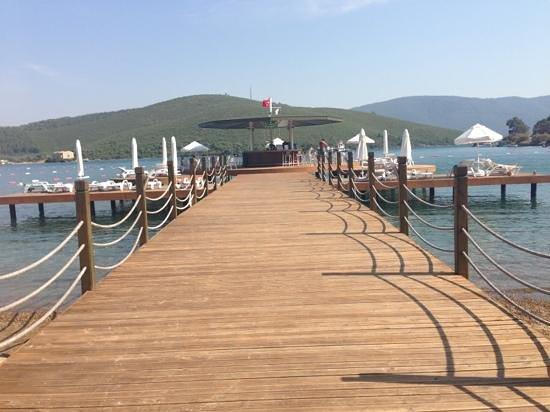 Crystal Green Bay Resort Spa: beach deck and bar