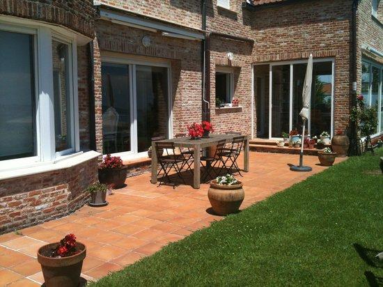 Bista Eder : La terraza en el jardin