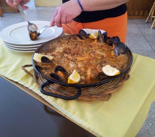 Restaurante El Sol: Sirviendo paella valenciana