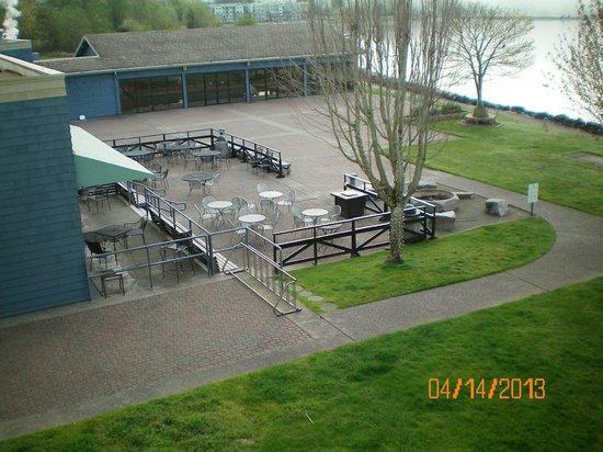 Best Western Plus Silverdale Beach Hotel: Hotel resturant and view of indoor pool from room