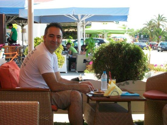 Ikaros Cafe: Yiannis, eigenaar van Ikaros