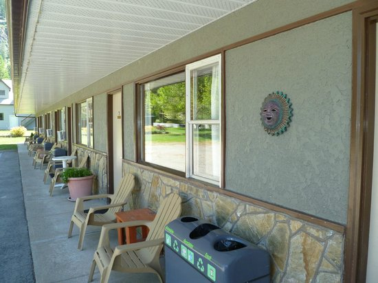 Lakeview Motel: Sit in the shade and watch the children play