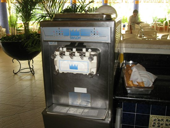 Grand Bahia Principe Coba: Soft ice cream at snack bar. Another machine in buffet as well.