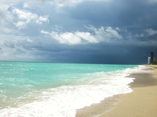 DoubleTree Resort by Hilton Hollywood Beach: outrunning storm on a pretty beach