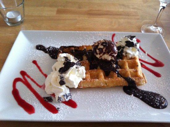 Le P'tit Belge : Waffle with ice cream