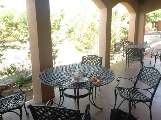 Sierra Grande Lodge & Spa: Dining area on front porch