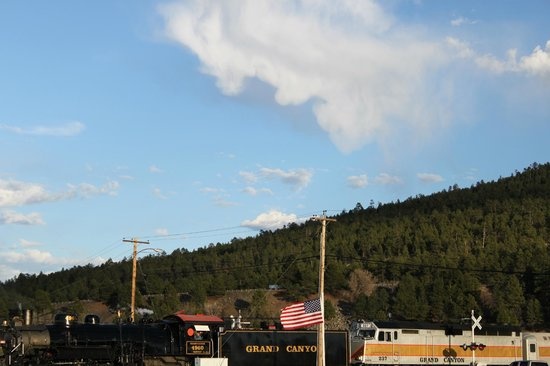 Railside RV Ranch: Grand Canyon Train traveling North to the South Rim Village Daily