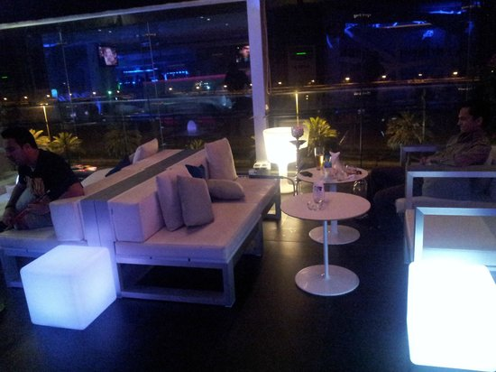 Hues Boutique Hotel: Roof bar
