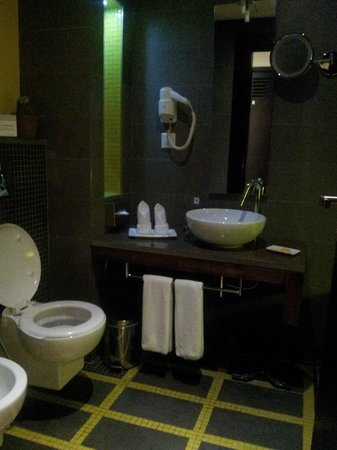 Circular toilet seat picture of hues boutique hotel for Hues boutique hotel location