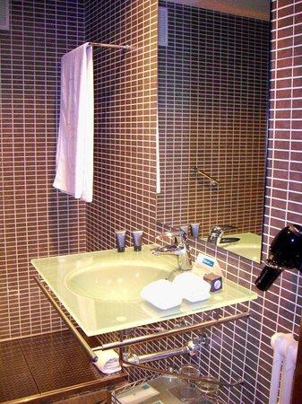 AC Hotel General Alava: Detalle del cuarto de baño de la habitación 210