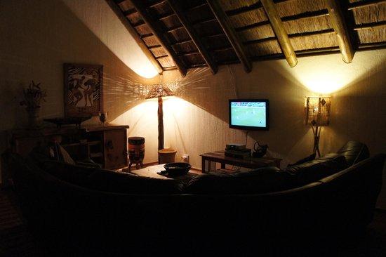 Khaya Umdani Guest Houses: Khaya Romantica loft tv lounge