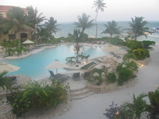 Coco Beach Resort: View of pool and ocean from our suite