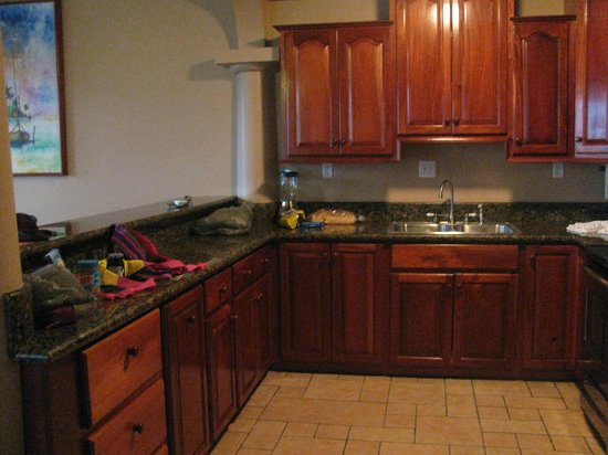 Coco Beach Resort: Great kitchen with beautiful Belizean wood cabinets