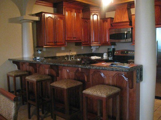 Coco Beach Resort: Beautiful Kitchen in 2 bdrm Oceanview suite