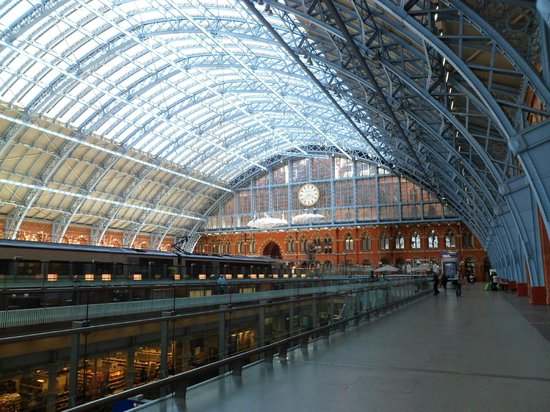 St. Pancras Renaissance London Hotel: St Pancras International looking towards the hotel