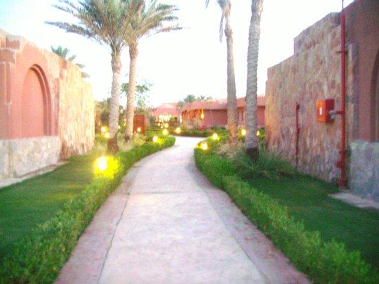 SENTIDO Oriental Dream Resort: Un vialetto interno