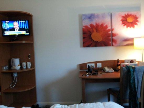 Premier Inn London Richmond Hotel : Sky News, simple decor, all spotlessly clean.
