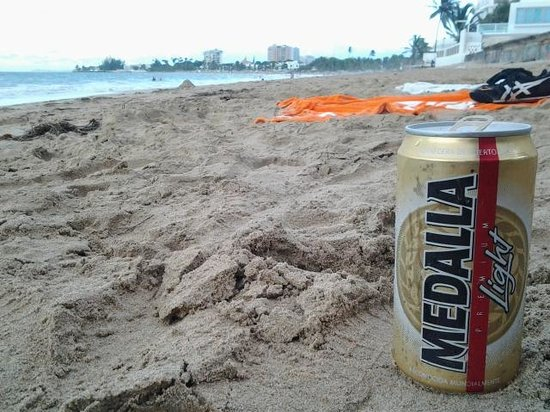 Hosteria Del Mar: :) local beer on the beach