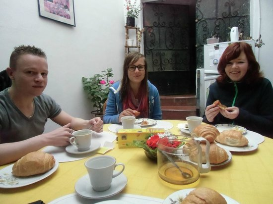 La Casa de la Gringa: Aan het ontbijt, warme broodjes met verse honing uit eigen tuin
