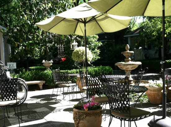 Cottage Grove Inn : Patio for breakfast, wine and cheese