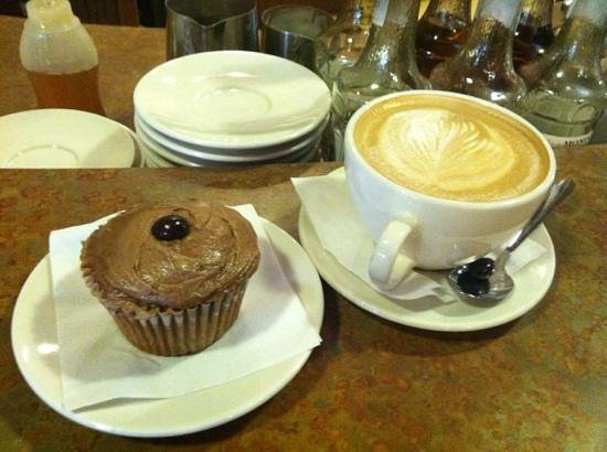 Panacea Coffeehouse Cafe & Roastery : Mocha cupcake & latte