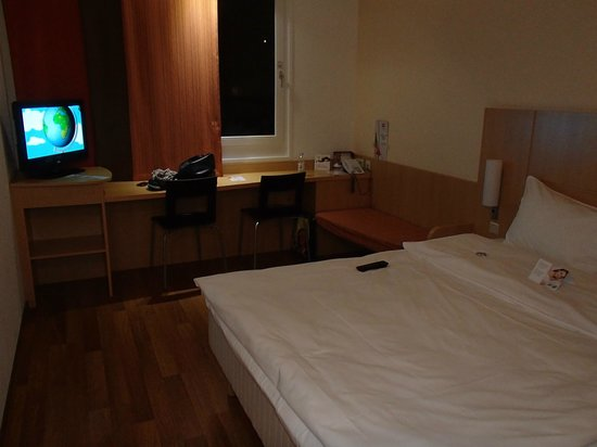 Hotel Ibis Wien Messe: TV and desk in room