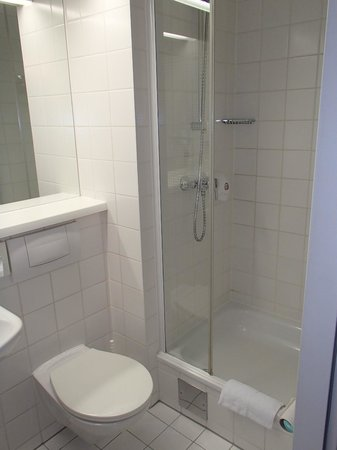 Hotel Ibis Wien Messe: Small shower