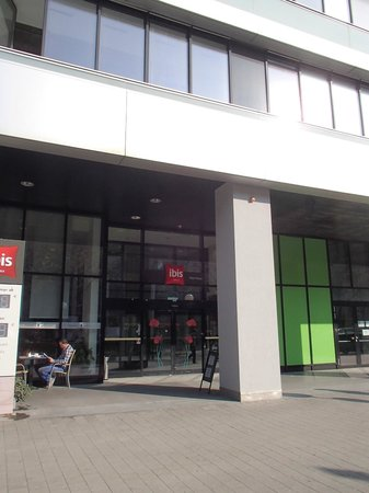Hotel Ibis Wien Messe: Entrance from outside