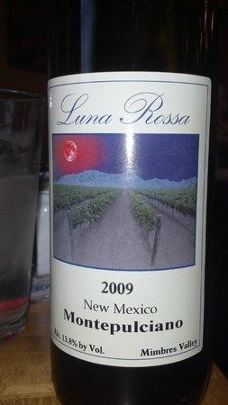 Luna Rossa Winery & Pizzeria: Local montipuciano wine