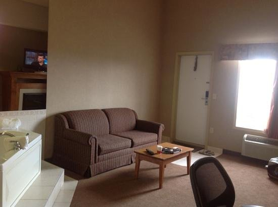 Ramada Airdrie Hotel and Suites: living room area