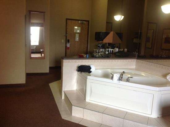 Ramada Airdrie Hotel and Suites: kitchenette/jacuzzi