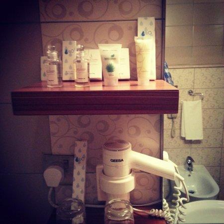 City Seasons Al Hamra Hotel Abu Dhabi: Bathroom - Cream, Shower Gel, Lotion