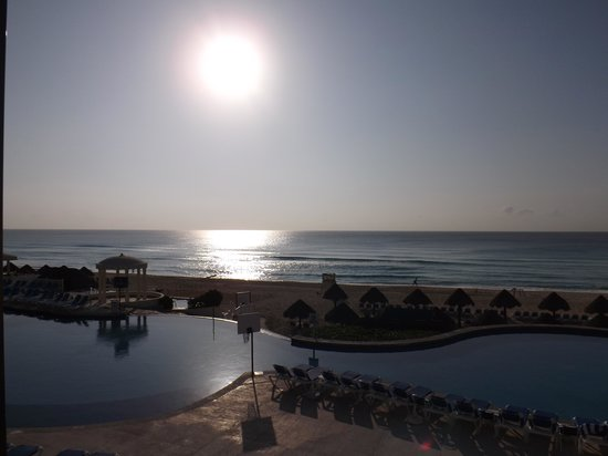 Golden Parnassus All Inclusive Resort & Spa Cancun: plenty of room by the pool