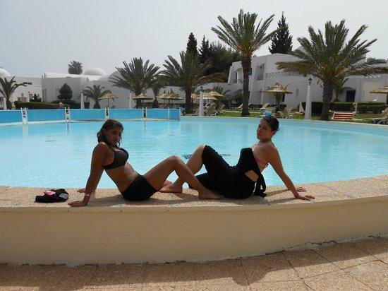 Au bord d 39 une des piscines picture of hotel club for Club piscine des laurentides